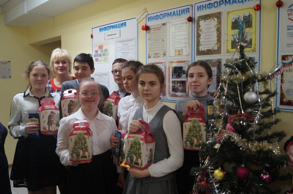 Дети у новогодней елки с подарками