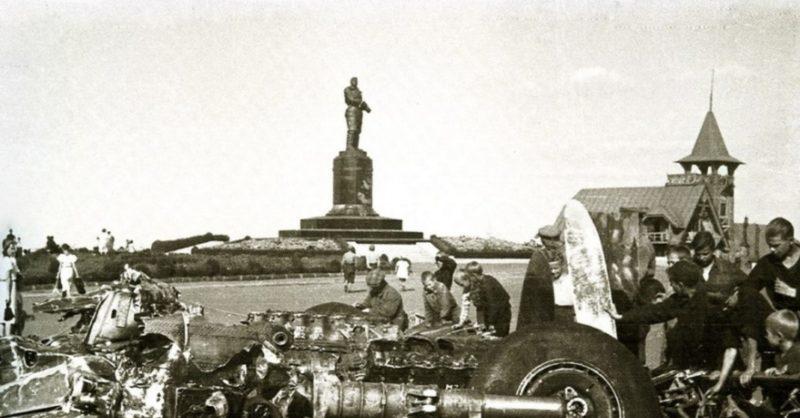 Сбор военных у памятника В. Чкалову