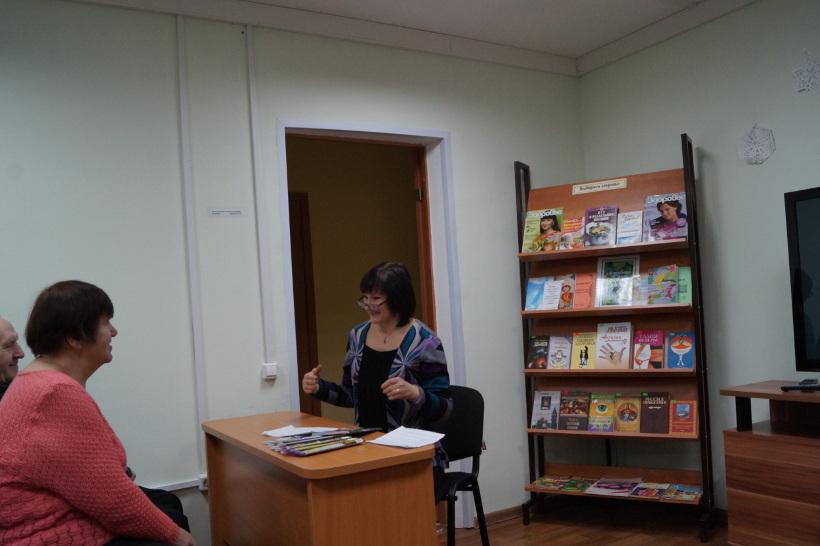 Сотрудник библиотеки ведет мероприятие