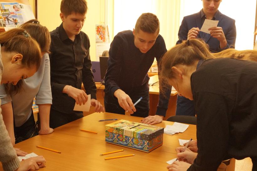 Дети участвуют в опросе в библиотеке