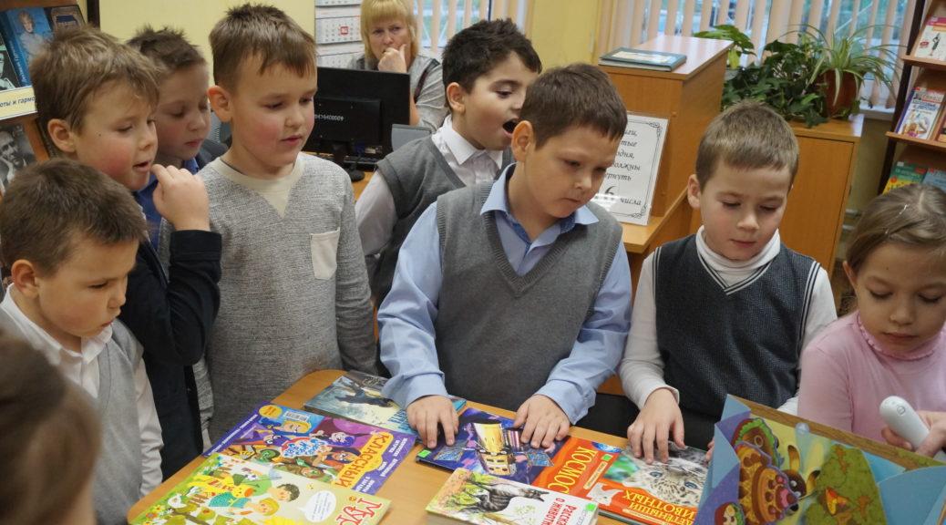 Дети на экскурсии в библиотеке