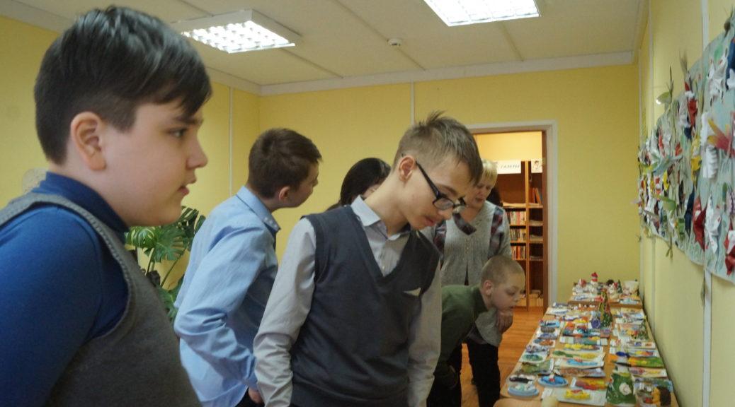 Дети у выставки
