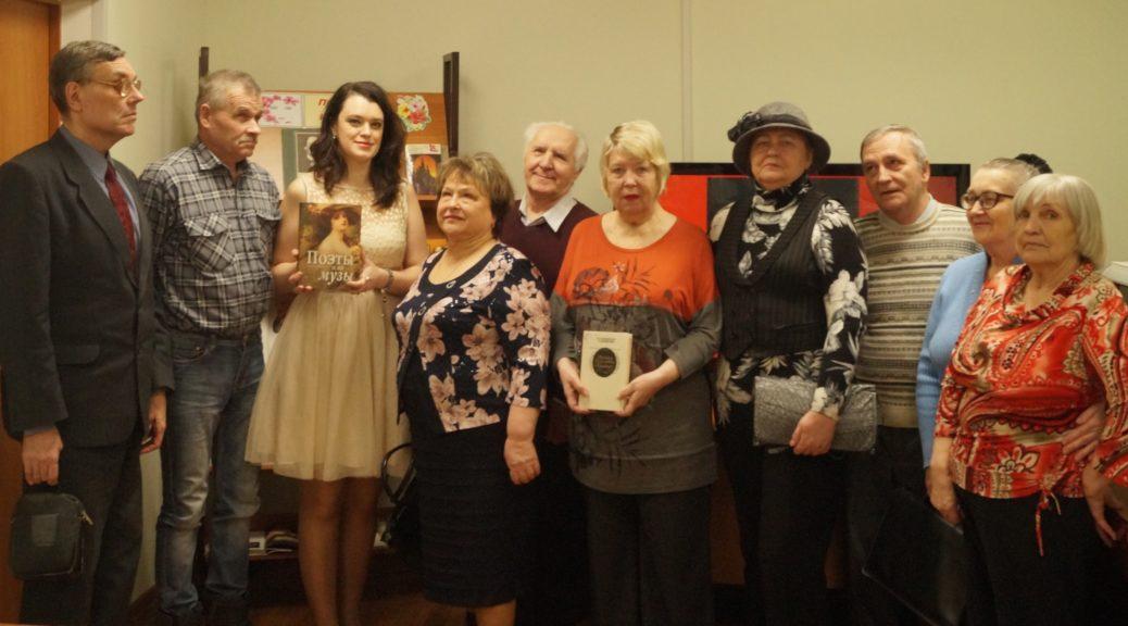 Читатели у книжной выставки
