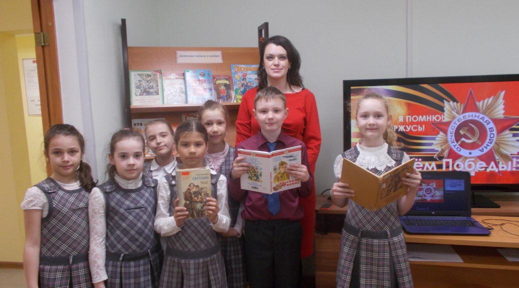 Дети у книжной выставки