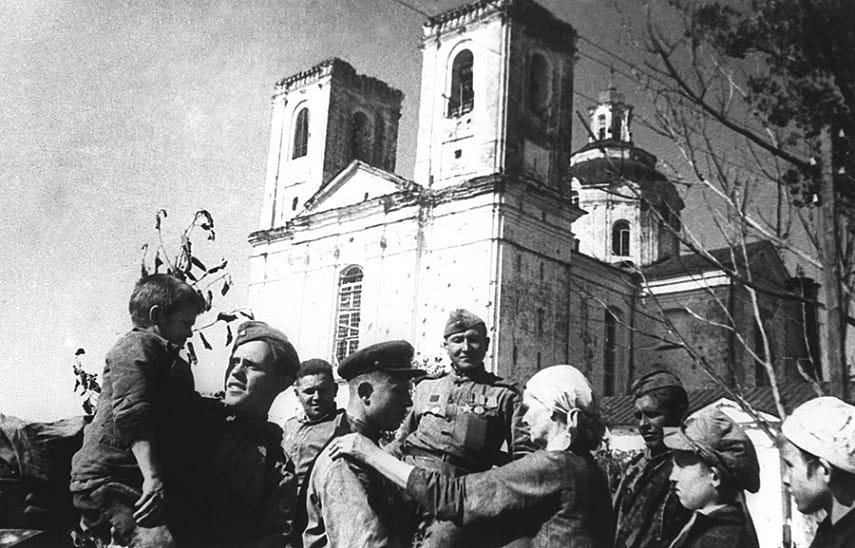 Местные жители встречают советских воинов-освободителей