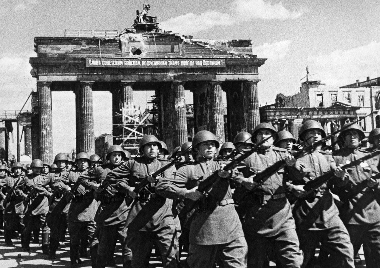 Шествие советских воинов-победителей