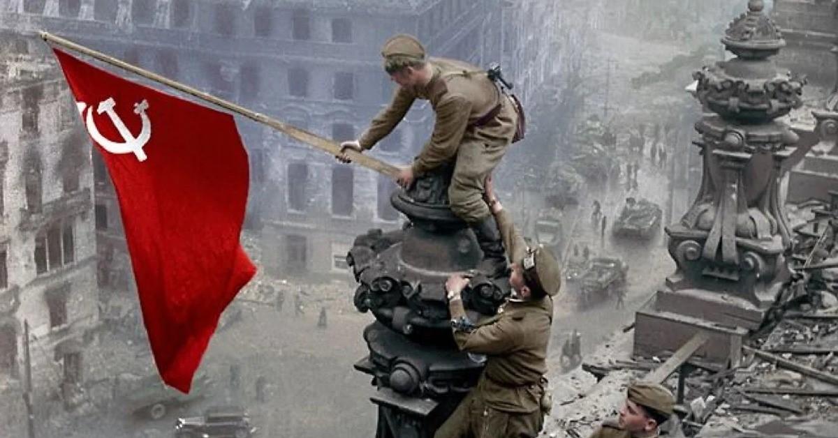 Водружение флага над рейхстагом советскими воинами