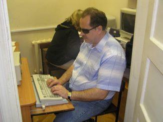 Читатели работают за компьютером