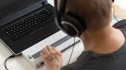 Читатель за компьютером