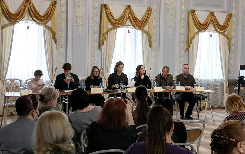 Спикеры круглого стола в доме-музее Рукавишниковых