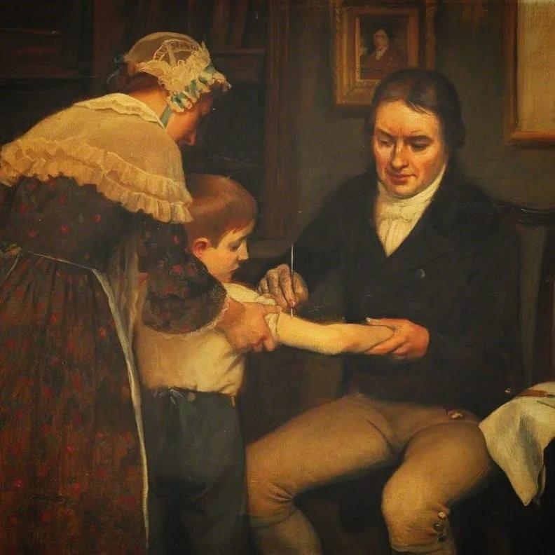 Врач делает прививку мальчику