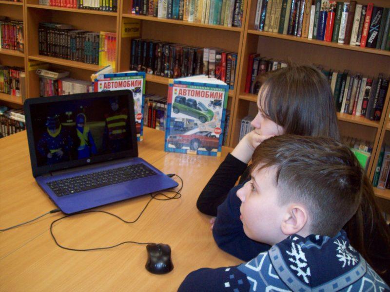 Дети смотрят ролик о ПДД
